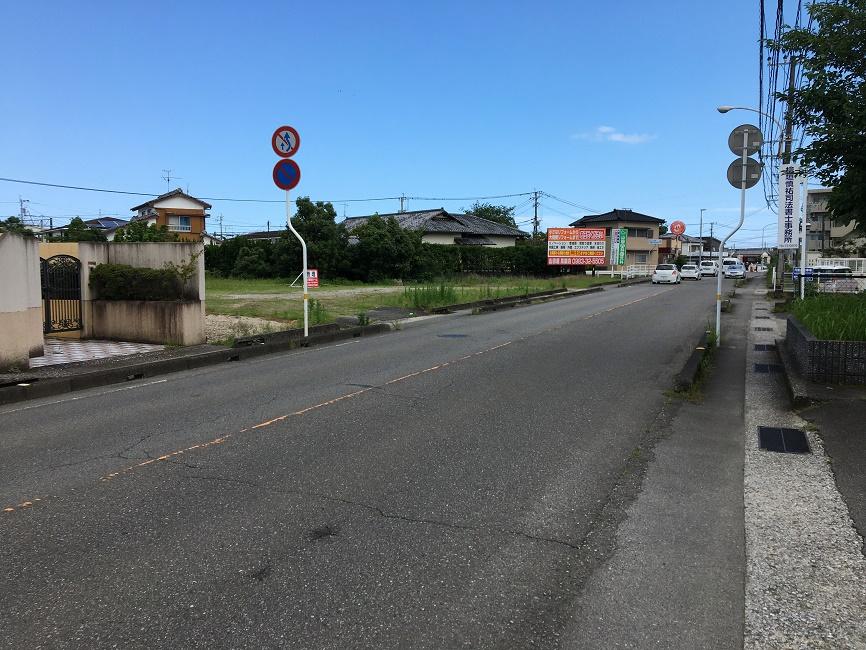 前面道路は県道10号線 車の往来が多い