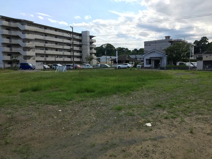 現地東側奥から撮影 目の前に県営団地があります